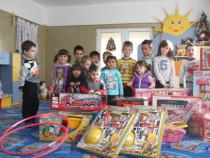 Елаците-Мед дариха играчки на децата от района