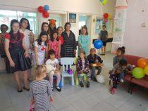 Младежите от БЧК зарадваха децата в детско отделение на МБАЛ-Пирдоп