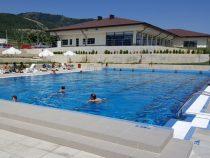 Плувният басейн в спортен комплекс Мирково привлича посетители