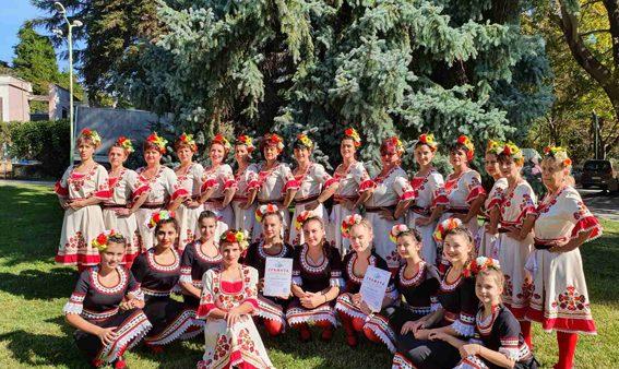 """Съставите """"Средногорска младост"""" и """"Шарено хоро"""" получиха наградата на кмета на Сандански"""