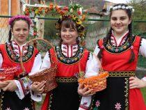 """Пресъздаване на обичая """"Кумичене"""" в Смолско"""