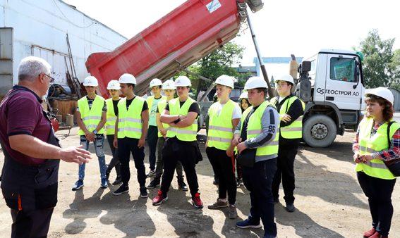 """Ученици в Дуална форма на обучение от ПГ """"Златица"""" се запознаха с дейността на Елаците-Мед, Геострой и Геотрейдинг"""